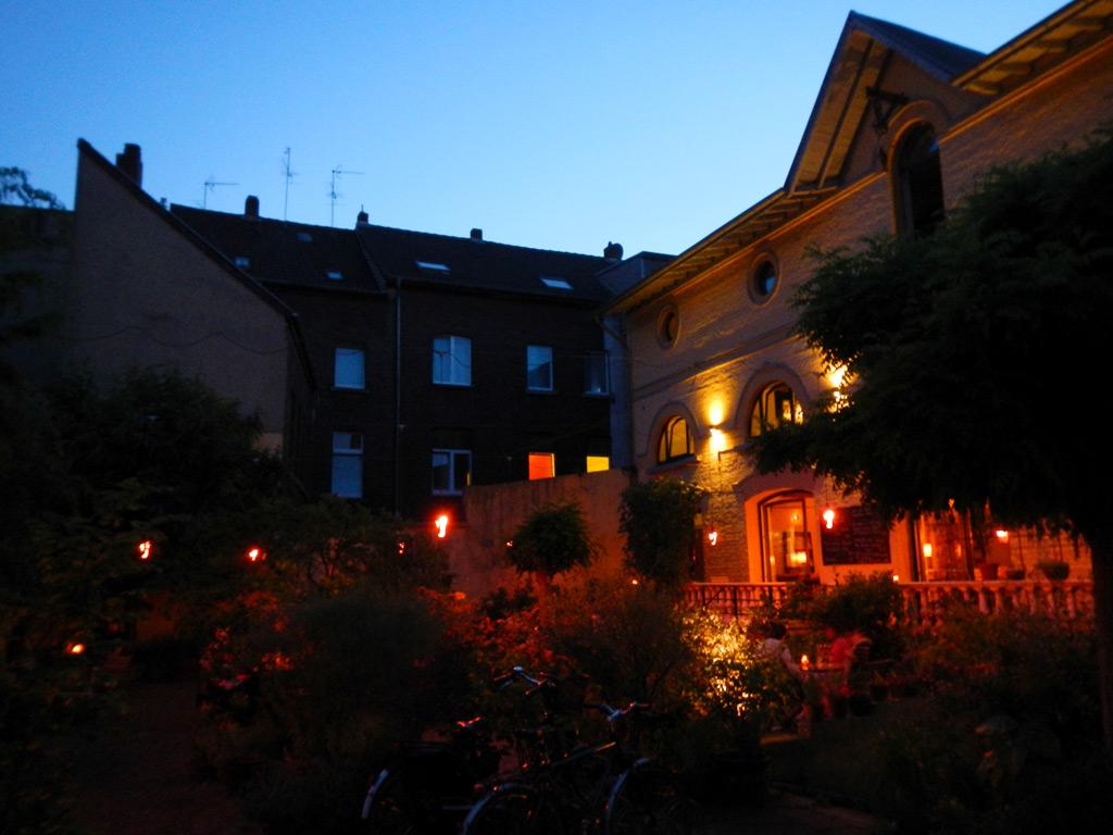 Blaue Stunde im Café Kosmopolit